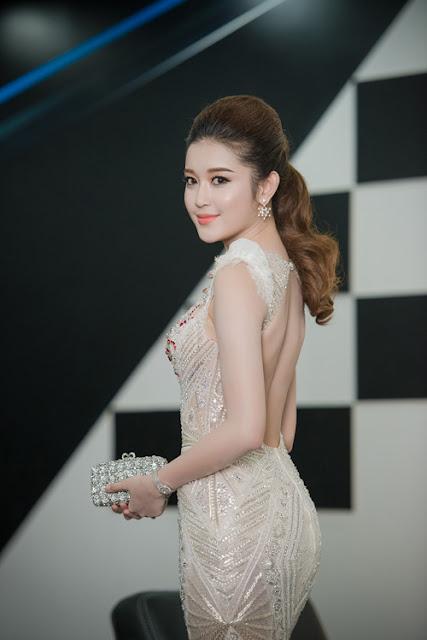 Chiếc váy có những khoảng hở ở ngực và lưng hợp lý, giúp cô khoe trọn được thân hình thon thả và làn da trắng hồng.
