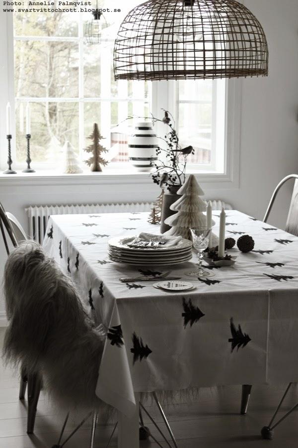 diy inredning, julpyssel 2014, duk med granar, måla gran, svarta granar på vitt tyg, inredningsblogg, julduka, juldukning,