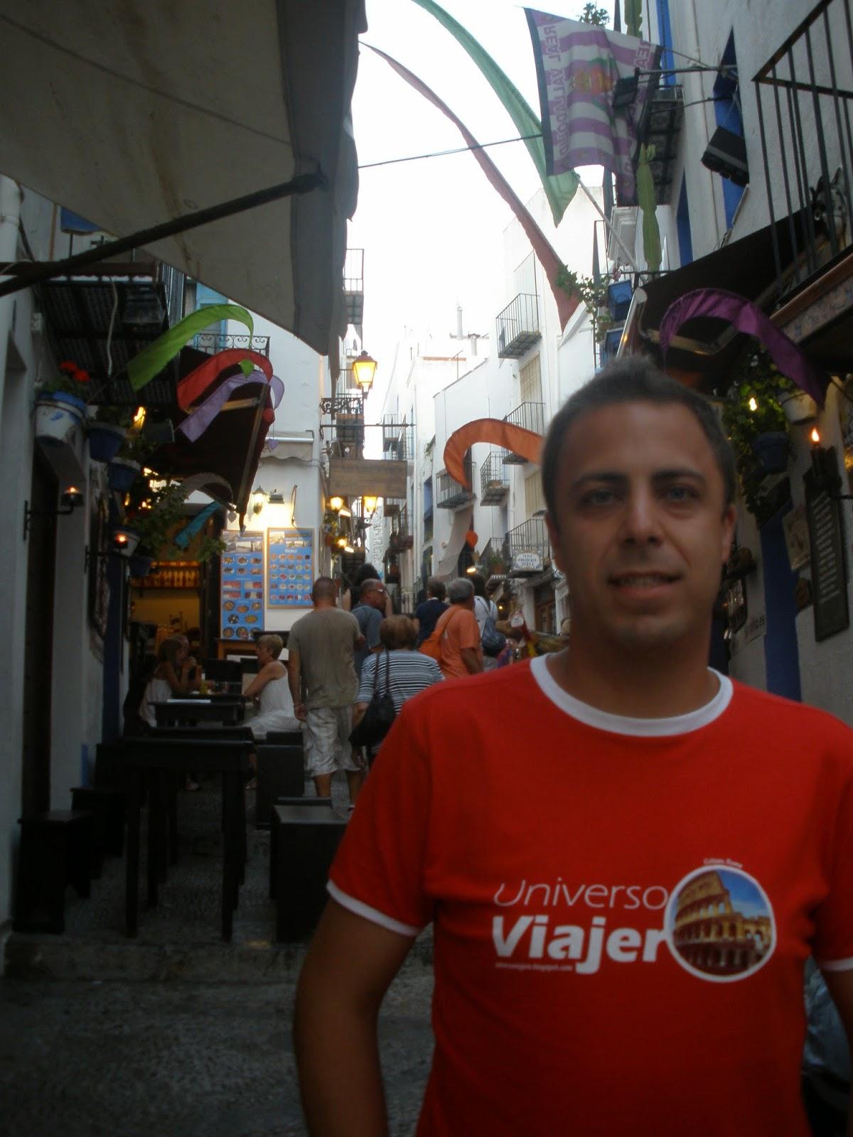 Las calles de Peñíscola están llenas de vida y colorido.