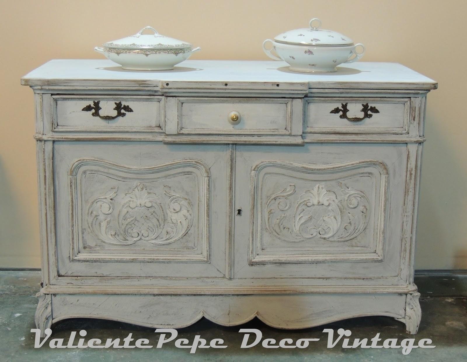 Antiguo mueble provenzal con talla patinado en blanco for Herrajes muebles antiguos