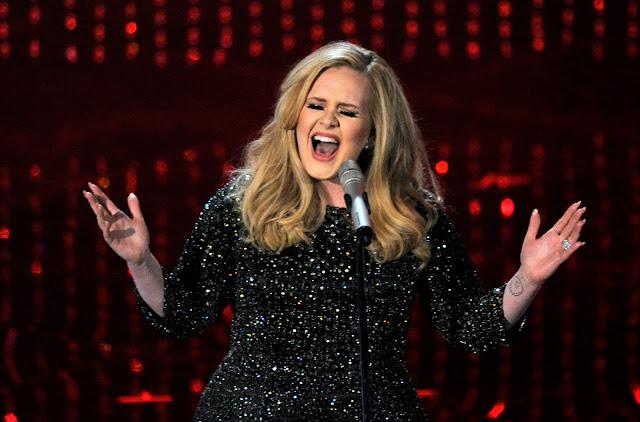 Adele tiene un fan que nos cae muy mal a nosotros los latinos (FOTOS)