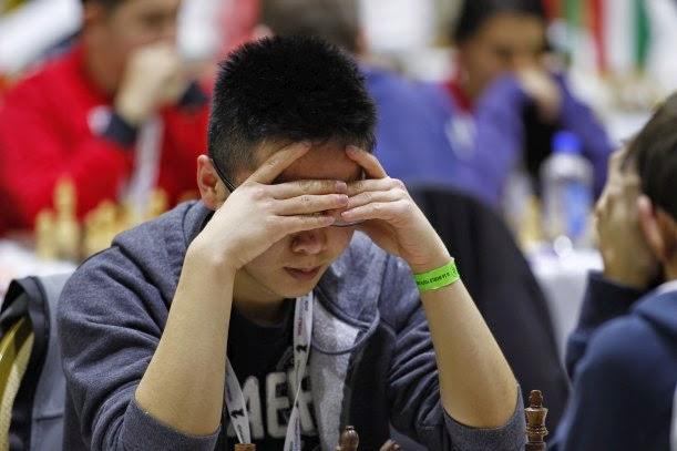 Un jeune joueur d'échecs en pleine concentration - Photo © site officiel