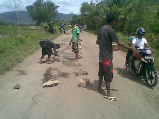 Dikeluhkan, Kerusakan Jalan Desa Naru-Tenga