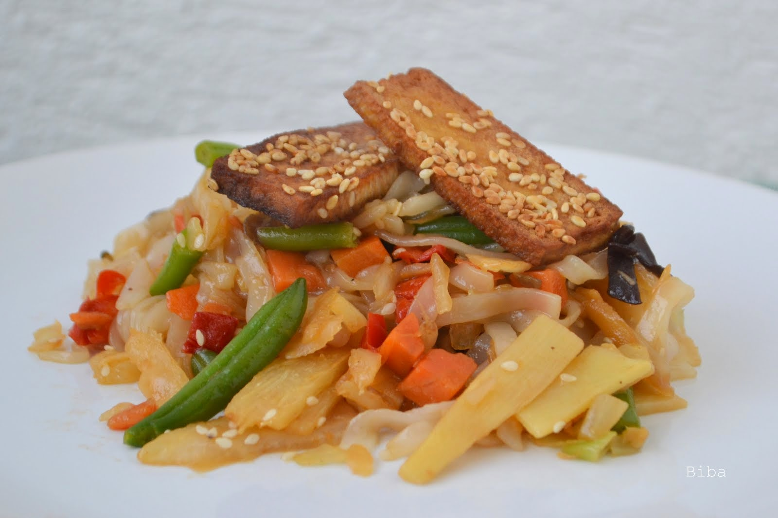 Opekané ryžové rezance so zeleninou a s tofu