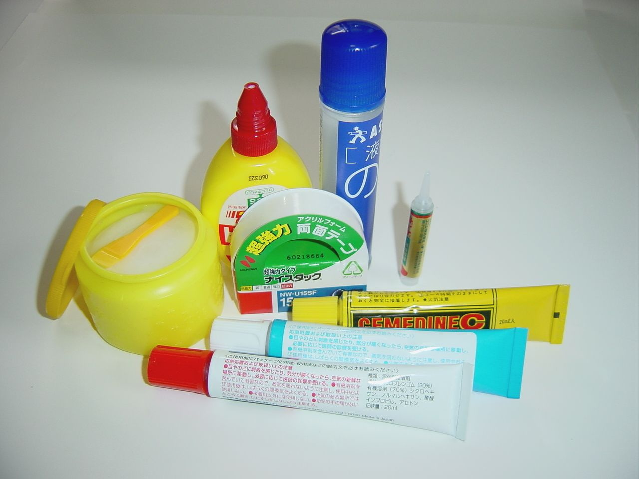 Los distintos tipos de pegamentos papeler a blog for Adhesivo de montaje para azulejos