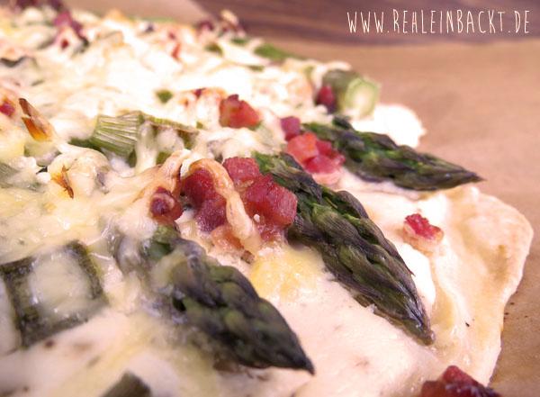 Knusprige Flammkuchen mit grünem Spargel und Speck   Foodblog rehlein backt