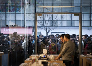 People Craving for iPad 3 in Apple Store