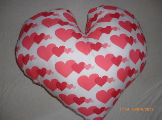 Almofada romântica estampada by Lorena Mickaellyn Silva