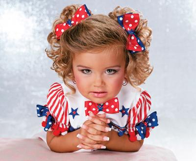 Realmente no existe una contra indicación como tal para el uso de uñas postizas en niñas pequeñas; de hecho en países como E.U., esta es una practica común