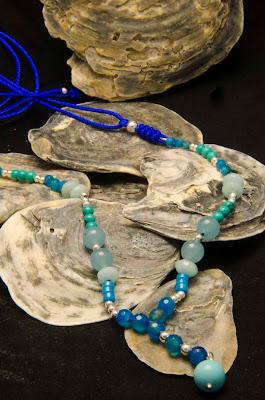 Collar de plata, jade, ágatas y turquesas montado en nylon azulón