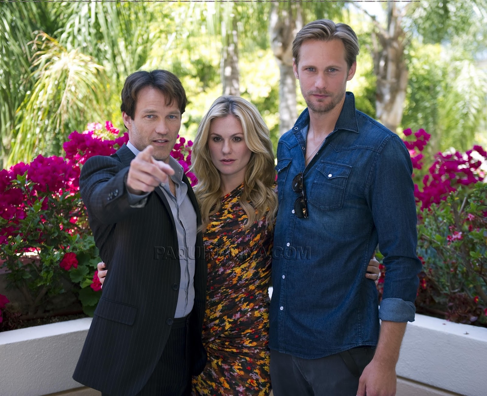 http://3.bp.blogspot.com/-GvIgiqW2bC4/T1HphVauDtI/AAAAAAAABvM/Z1BwPkOVSfk/s1600/Stephen-Moyer-Anna-Paquin-and-Alexander-Skarsgard-at-a-True-Blood-press-conference-sookie-and-eric-13888397-2560-2081.jpg