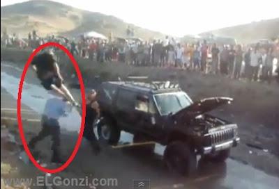 hombres fornidos y pelados peleando con una patada voladora cerca a un auto camioneta negra