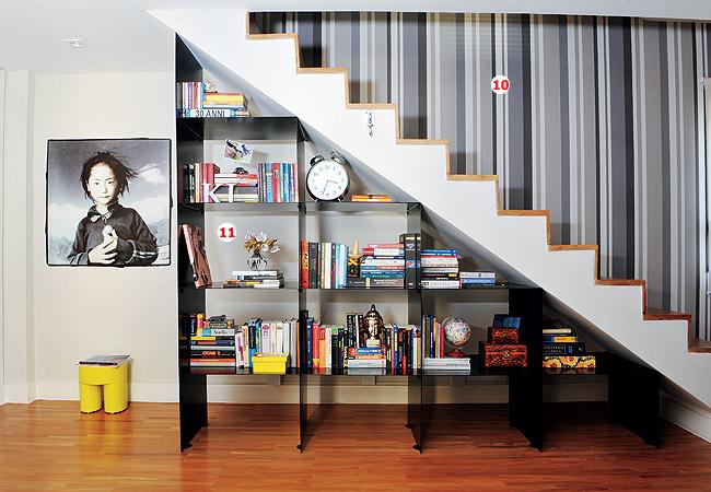 escada para o jardim:em nicho para organizar livros cds objetos em espaço para lareira e
