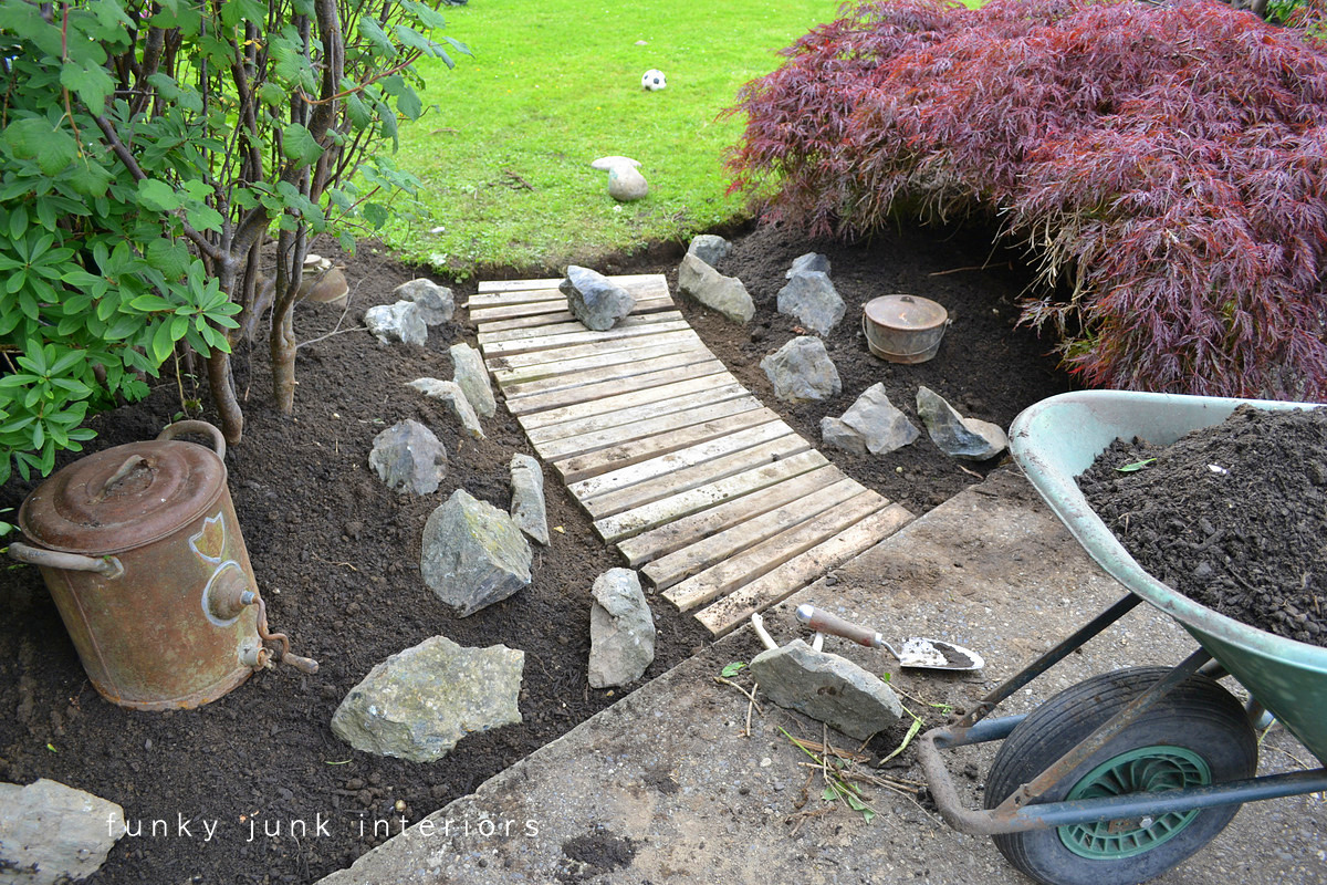 From dirt to a pallet wood walkway in the gardenfunky junk for Deco de jardin en palette