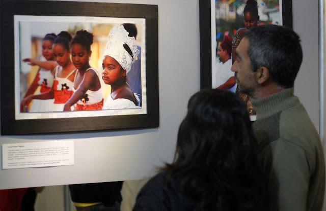 Visitantes observam fotografia das Guerreiras Negras, Centro Cultural Almafuerte - Córdoba - Argentina