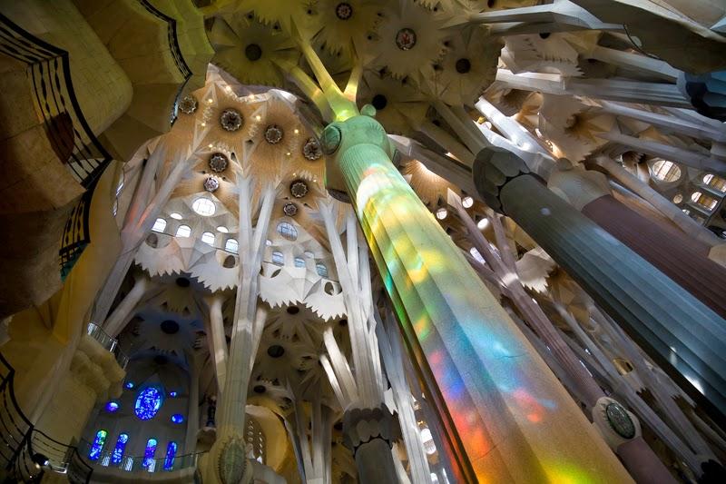 Alentours barcelone la sagrada familia vue de l int rieur for Inside l interieur