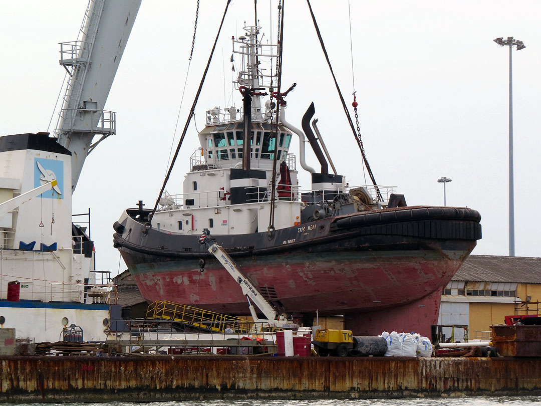 Livorno una foto al giorno: Il rimorchiatore sospeso