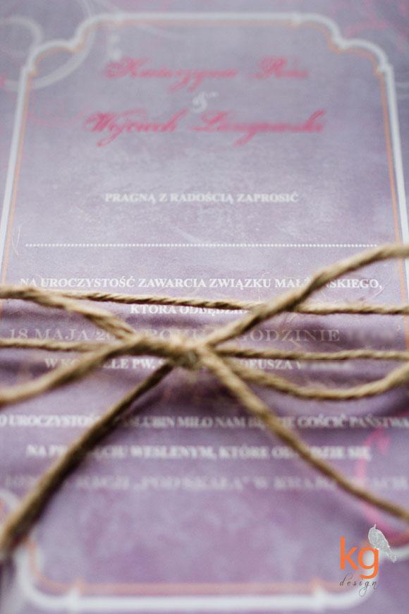 oryginalne, nietypowe zaproszenia ślubne w stylu vintage, fioletowy, mapka dojazdu, eleganckie, motyw przewodni, logo, MONOGRAM, wiązane sznurkiem, pomarańczowy, łososiowy, ornament kwiatowy, zaproszenia na ślub w stylu vintage,RSVP, osobne karty, nietypowe, artystyczne zaproszenie na wesele, eleganckie, delikatne, indywidualny projekt zaproszeń, pojedyncze karty, kg design, gabriela kmiecik,
