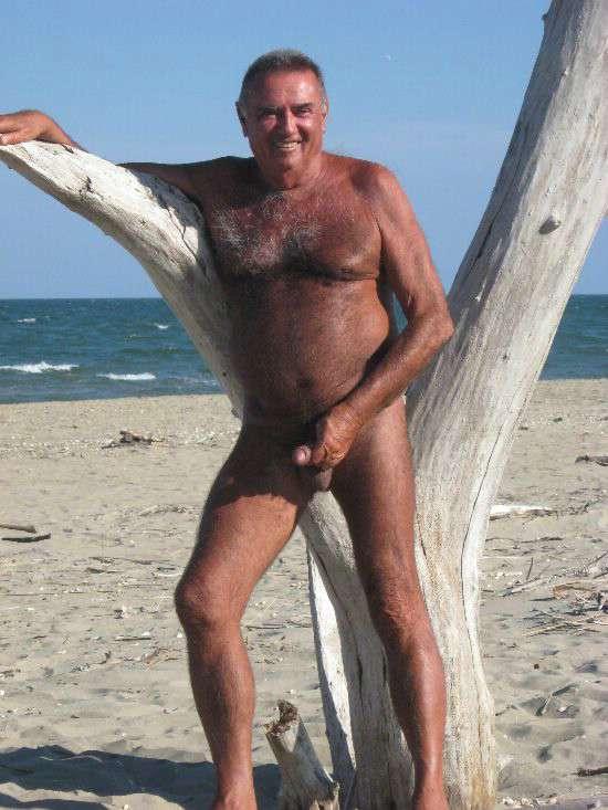 maduras tocandose hombres desnudos en la playa
