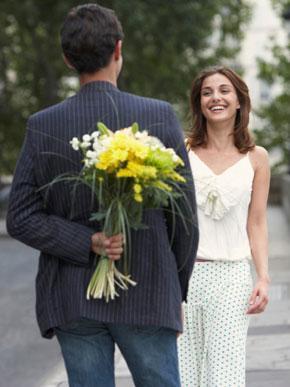 أسوأ ستة اعذار تقدمها المرأة للتهرب من موعد ما - رجل يهدى ورد يعطى لحبيبته زوجته