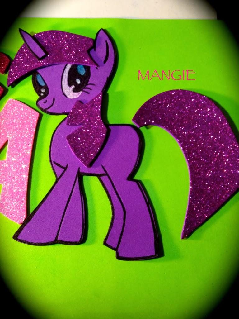 Detalle del pony llila