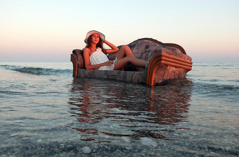 romantiška merginos fotografija prie jūros