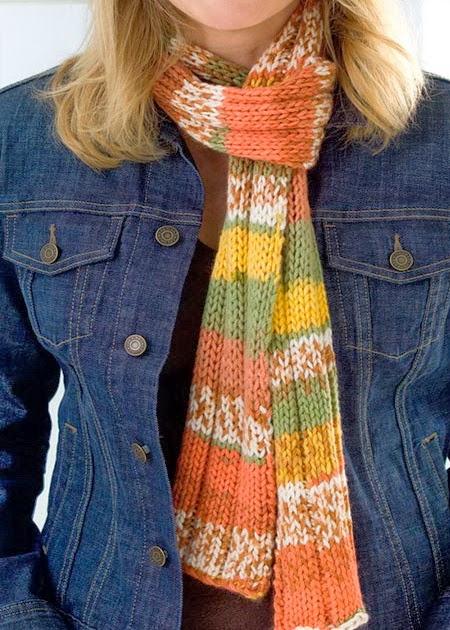 Зимой 2015 года вязаный женский шарф спицами или крючком, как и в уходящем году, очень популярен и актуален