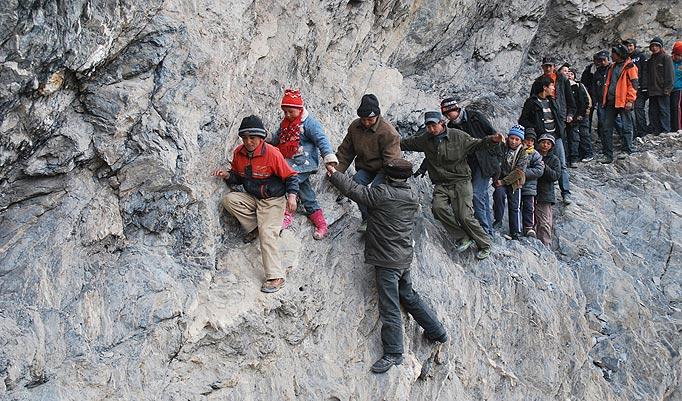 laluan berisiko tinggi untuk pergi ke sekolah di China