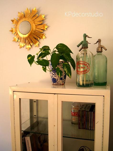 Decoración de interiores, vitrinas de doctor antigua, decorar estilo vintage, apliques de sol antiguos dorados