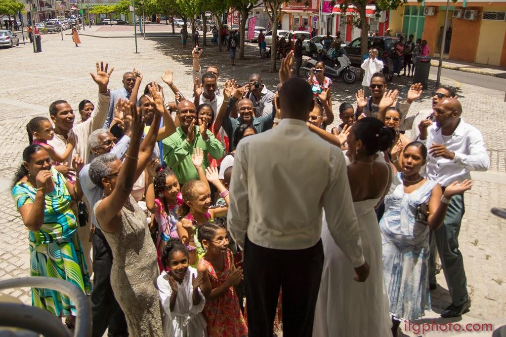 les mariés sortent de la mairie sous les applaudissements