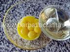 Prajitura cu caise preparare reteta - amestecam uleiul cu galbenusurile