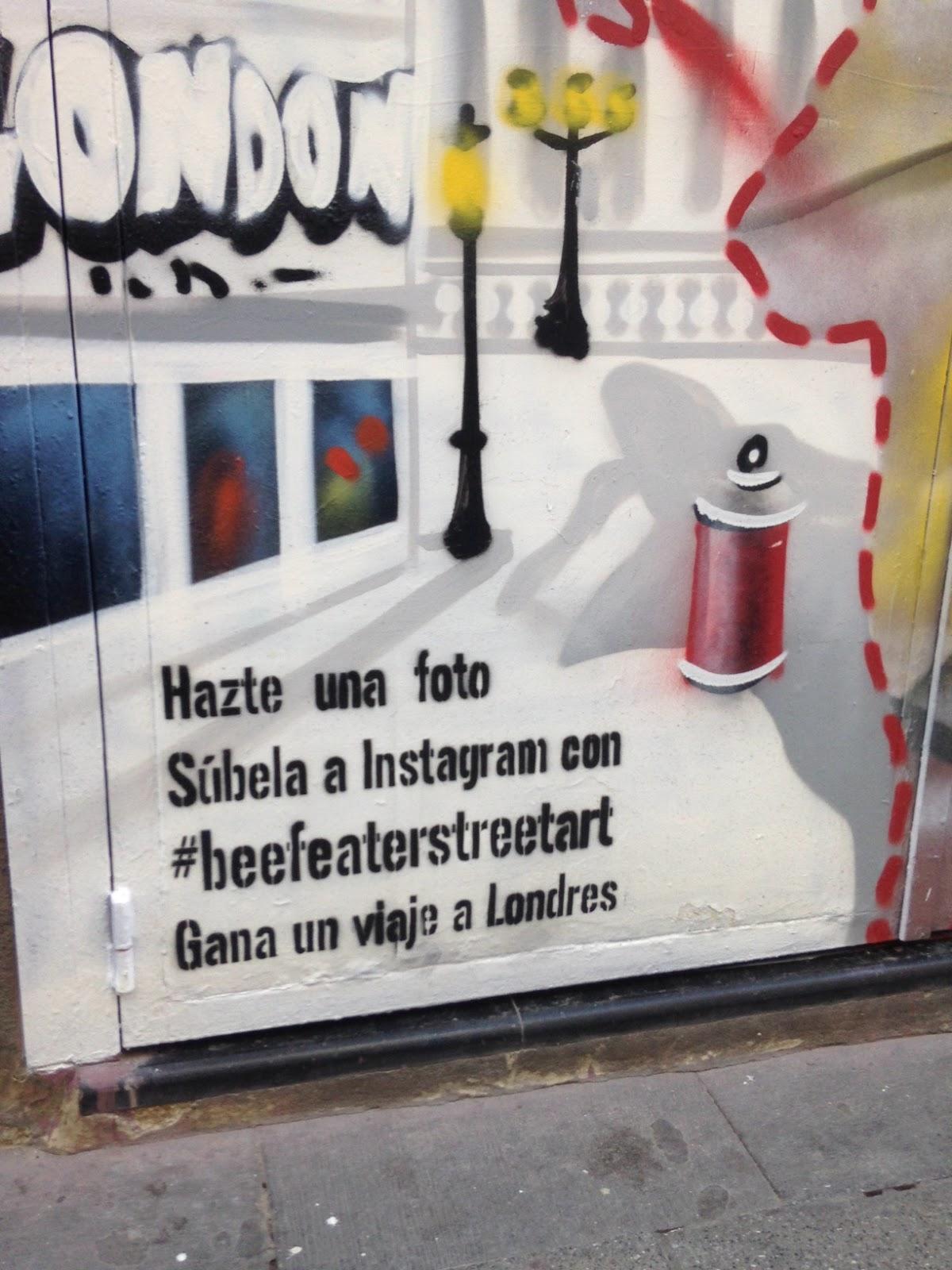 Quieres viajar a Londres   Pues simplemente tienes que encajar tu silueta  en unos de los dibujos que ha realizado Beefeater en cierres de comercios  de ... a2be790726e