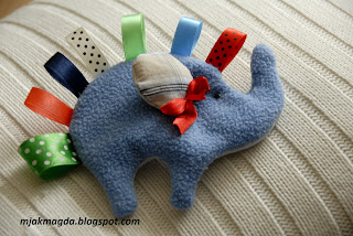 pierwsza przytulanka niemowlęca słonik z kolorowymi metkami