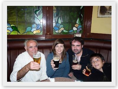 Bebiendo pintas en Dublín .
