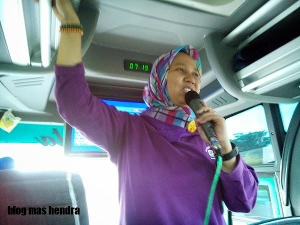 Bu Guru Memberikan Pengarahan Di atas Bis