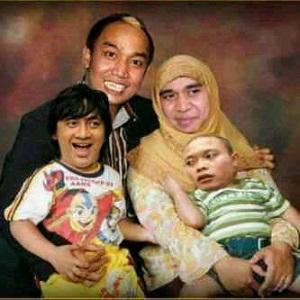 Foto keluarga aziz gagap sedang fhoto bareng