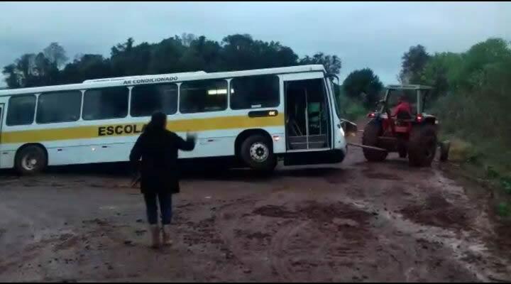 Ônibus escolar quase vira na facha velha do Alto da união