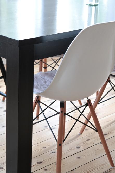 Vita Koksbord : svart koksbord  Litet cafebord i stol, finns i 8st olika forger i