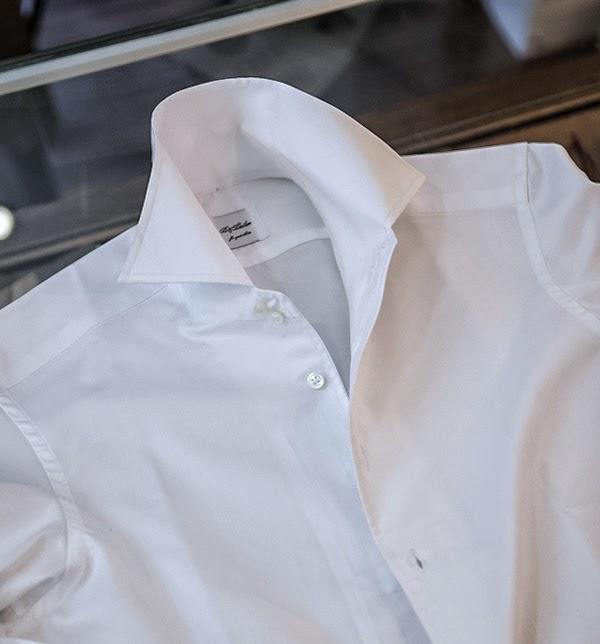 Cuando la diferencia está en los detalles: Camisa bespoke de B&Tailor.