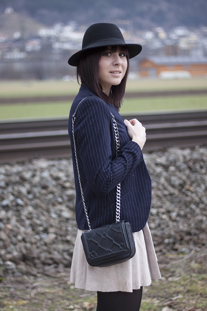outfit-trend-fashionblogger-who-is-mocca-hut-kombinieren-streifen-blazer-pumps-buffalo-lederrock-pumps-sarenza-tasche-zara