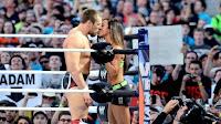 daniel bryan se besa con su novia antes de iniciar el combate