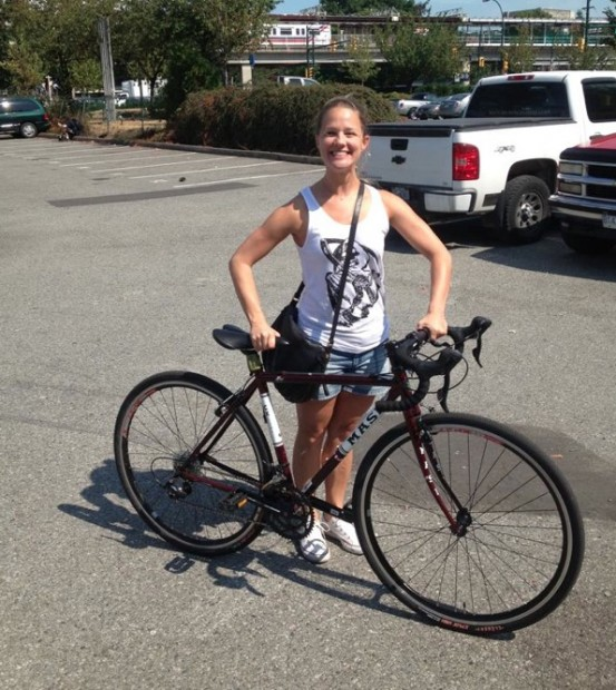 Kayla Smith bersama basikal miliknya.