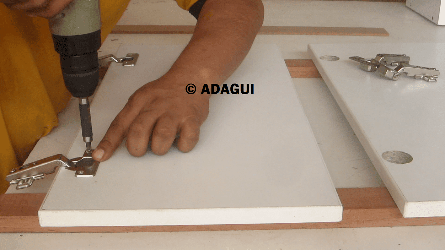 Como instalar bisagras de cazoleta puertas muebles de - Como colocar puertas correderas ...