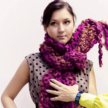 Плетен шал вързан на врата
