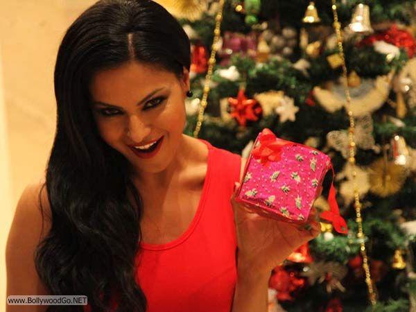 veena+malik+christmas+2012+(10)