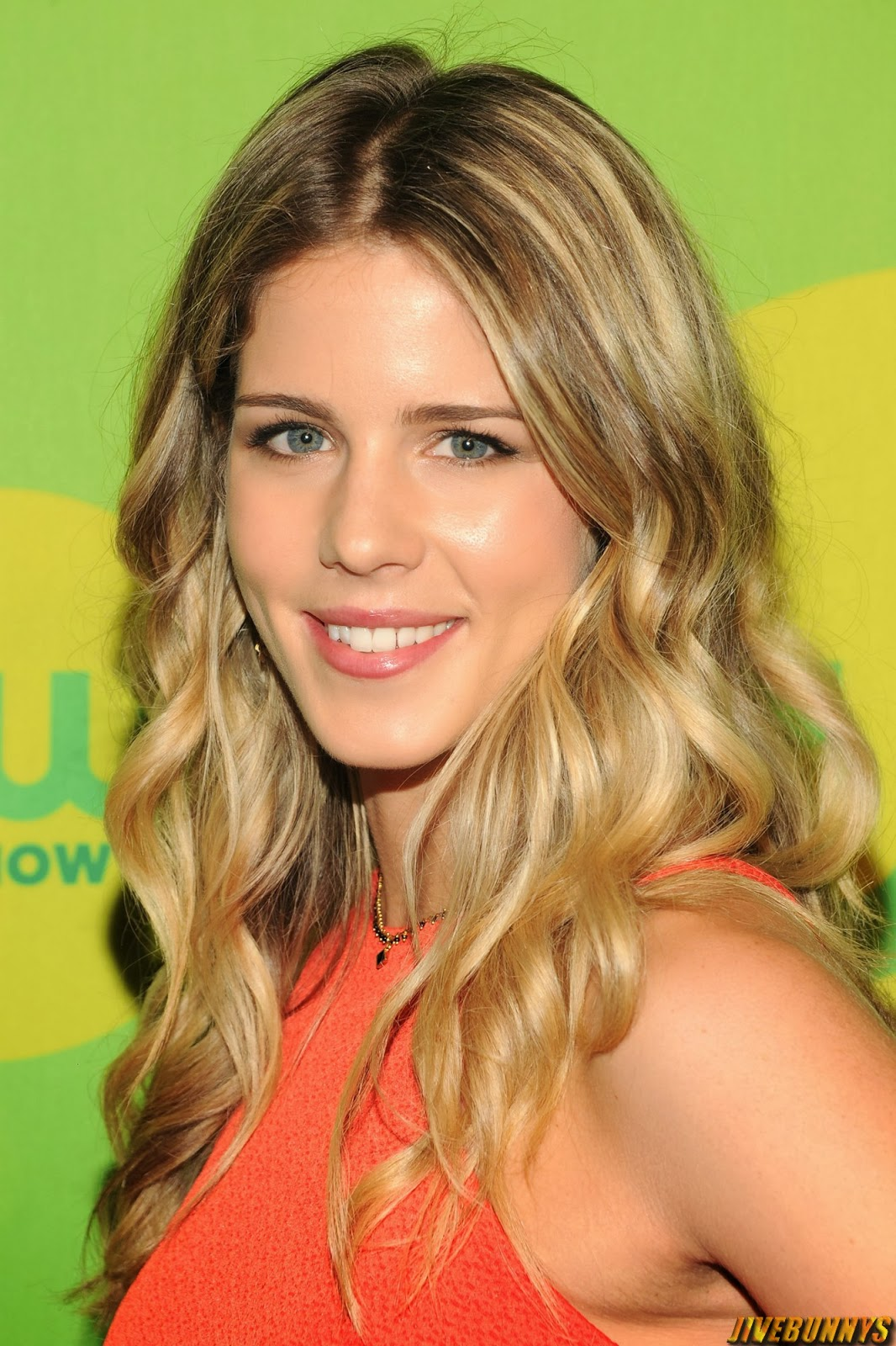 Emily Bett Rickards Dating Images & Pictures - Findpik