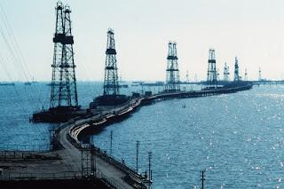 Нефтяные вышки на Каспии (Баку)