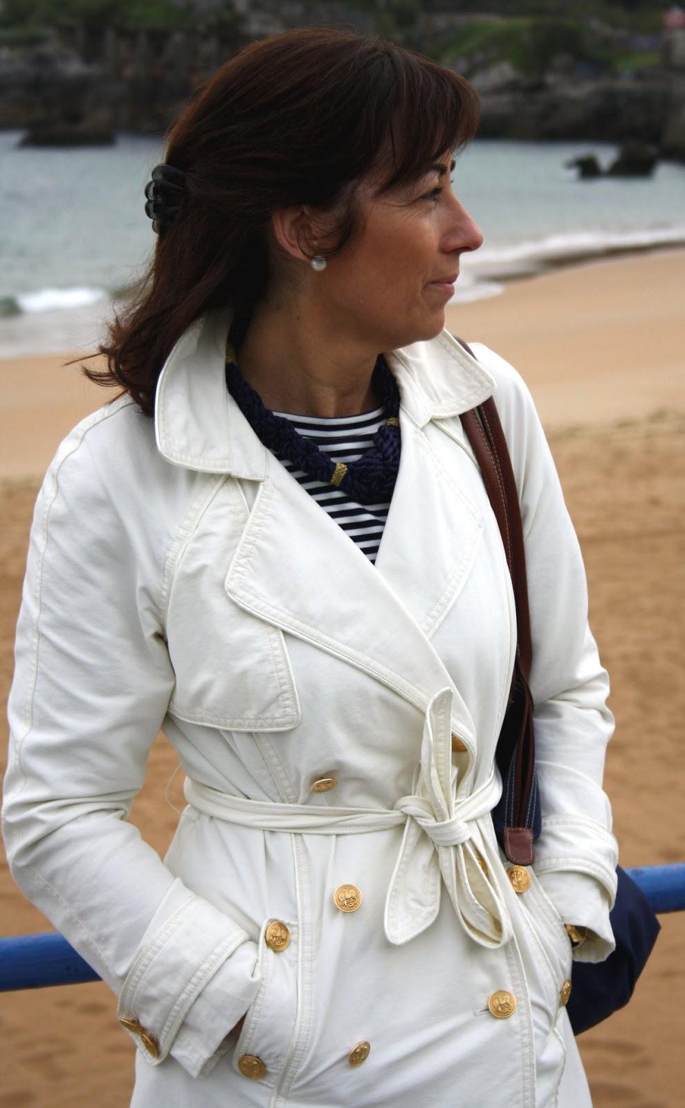 Br jula de estilo mis looks trench blanco y vestido de - Brujula de estilo ...