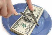 cortando dinero con cuchillo y tenedor