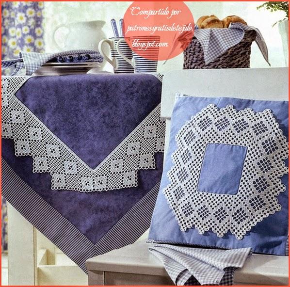 Mantel y almohadón decorado con ganchillo